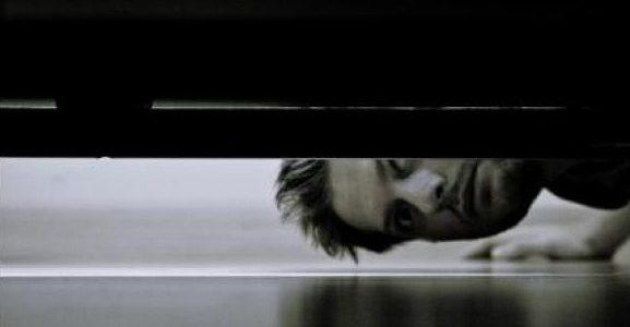¿Hay algo bajo tu cama?…Asegúrate.